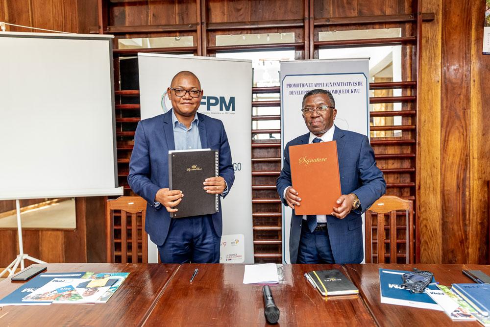 Signature du contrat de financement entre le FPM SA et PAIDEK SA lundi 09/08/2021 à Bukavu